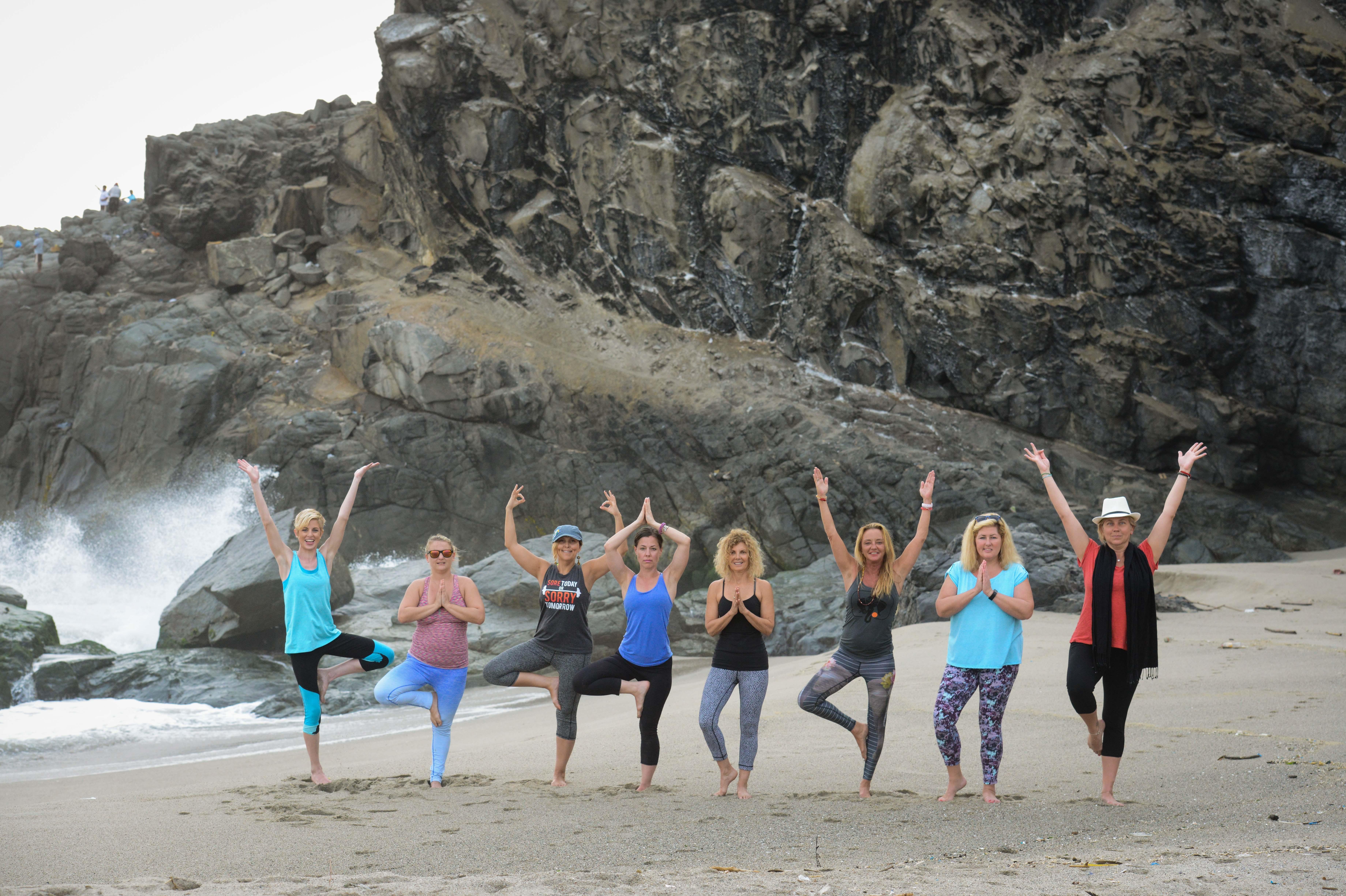 Grupo de Yoga en la Playa