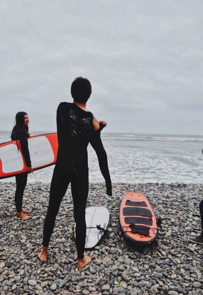 Surfistas en las playas del sur